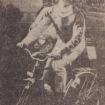 Mirosław Korbel wykonuje rundę honorową na rowerze-nagrodzie za zwycięstwo w dodatkowym XXII wyścigu