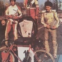 Podium zwycięzców w wersji kolorowej - Eugeniusz Skupień (II miejsce), Ryszard Dołomisiewicz (I miejsce) i Sławomir Drabik (III miejsce)