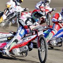 Wyścig X - Maciej Janowski (czerwony) wyprzedza Roberta Kościechę (niebieski), z tyłu o 1 punkt walczą Sebastian Ułamek (żółty) z Mikołajem Curyło (biały)