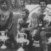 """""""Podium"""" zwycięzców (1 ujęcie) - od lewej: Piotr Pyszny (II miejsce), Marek Ziarnik (I miejsce) i Bolesław Proch (III miejsce)."""