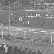 Komplet widzów na stadionie obserwuje start do jednego z wyścigów I Kryterium Asów