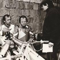 Zenon Plech (w plastronie Polonii) i Jerzy Rembas przygotowują się do zawodów, z numerem 5 odwrócony plecami Bolesław Proch