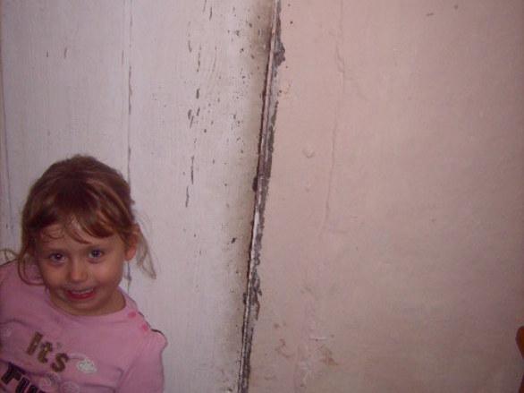 Julia i Kacperek z ubogiej rodziny czekają na jedzenie i ubranka (zdjęcia: 24) Dzisiaj chciałam wam zaprezentować kolejną rodzinę czekającą na pomoc w postaci żywności ( mleko ryż makaron jogurty dla dzieci słodycze ) Dzieci miaszkają w starym domu ,Kacperek ma astmę potrzebuje inhalatora. Rodzice dzieci nie pracują ojciec miał wypadek piła prawie odcięła mu dłoń przeszedł już 3 operacje - ręka nie jest sprawna.Tata który dotychczas pracował fizycznie teraz nie może pracować ze względu na niesprawną rękę rodzina utrzymuje się z zasiłku 440 zł i rodzinnego z GOPSU. TAta chodzi zbierać złom zeby kupić coś swoim dzieciaczkom. Rodzina zbiera chrust na opał. Brakuje PRZEDE WSZYSTKIM zYWNOŚCI .Rodzina nie ma zlewu w kochni pralki , lodówka jest niesprawna, w mieszkaniu nie ma wanny( gdyby ktoś mógł przekazać wannę tata dzieci potrafi ją sam zamontować), rodzina potrzebuje także kuchenkę gazową . Potrzebne sątakże garnki, sztuśce talerze,firany , zasłony pościel. Odzież dla dzieci i obuwie . Julia nosi rozmiar 116 rozmiar buta 28 a Kacperek rozmiar 98 rozmiar buta 24.  RODZINA NIE MA NAWET TELEFONU KONTAKTUJĘ SIĘ Z RODZINĄ PRZEZ SĄSIADKĘ KTÓRA MIESZKA PO 2 STRONIE ULICY JAK KTOŚ MOŻE PRZEKAZAĆ STARY TELEFON DLA MAMY DZIECI FUNDACJA BĘDZIE WDZIĘCZNA  Kochani rodzina mieszka w starym domu przy bogatym osiedlu Julia czuje się gorsza od koleżanek z przedszkola któe mają ładne zabawki też chciałaby otrzymać cos fajnego na gwiazdkę. O tym co chciałaby otrzymać powie wam w filmiku kgtóry umieścimy na stronie   ZAPRASZAM DO POMOCY TEJ RODZINIE I TYM DZIECIOM ZŁY LOS I WYPADEK TATY SPOWODOWAŁ ZE ZYJĄ NA PRAWDĘ BIEDNIE,POMAGAJMY KOCHANI WIEM ZE JEST W WAS MOC I SIŁA I DOBRE SERCE .   Dary tej rodzinie można wysyłac na adres  Fundacja dzieci i Rodzin Ubogich  ul. Saperska 11/23 83-110 Tczew  z dopiskiem dla Julii i Kacperka   tel . do Fundacji 794 159 667