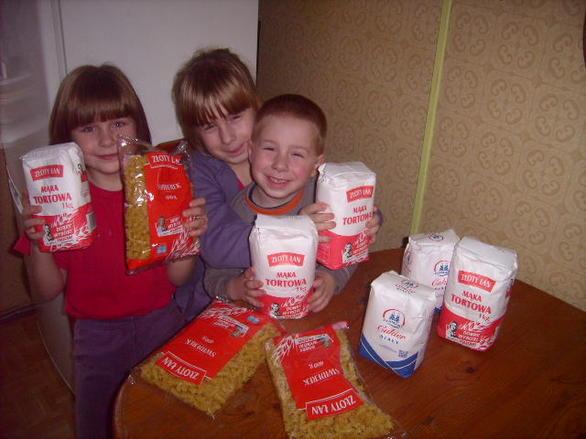 Dzięki dobremu sercu Pani Kasi Pazdan obdarowaliśmy ubogą rodzinę (zdjęcia: 7) Dzisiaj uszczęsliwiliśmy dzieci z potrzebującej rodziny . Dzięki bezinteresownej pomocy i dobremu sercu Pani Kasi Pazdan , która przekazała Fundacji żywności i odzież dzieci z potrzebującej rodziny są badzo zadowolone, pani Kasi jeszcze raz bardzo dziękujemy . Zarówno rodzice jak i obdarowane dzieci są niezmiernie wdzięczni . Miło widzieć uśmiech na twarzy dziecka , zapraszamy kolejnych darczyńców do przekazywania żywności , środków czystości, butów odzieży , zabawek , pościeli i wielu innych rzeczy na rzecz Naszej Fundacji. Wszystkie dary trafią do potrzebujących rodzin . Umieszczamy zdjęcia obdarowanej rodziny abyście mogli z nami cieszyć sie ich szczęściem. Dla rodzin ubogich nasza pomoc znaczy bardzo wiele .