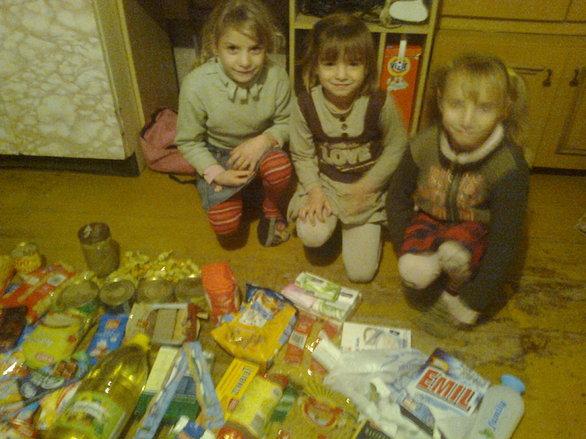 Obdarowaliśmy żywnością i słodyczami kolejne bardzo ubogie dzieci Zaktualizowano 10 min temu Wczoraj był BARDZO pracowity dzień , obdarowaliśmy bardzo dużą ilością zywności kilka rodzin :) na bierząco będziemy wam prezentować zdjęcia :) w rodzinie są 4 dziewczynki rodzice nie pracują, mama dzieci jest prawie niewidoma . Dziewczynki był Bardzo Zadowolone . Z całego serca dziękujemy Naszym Darczyńcom za wspaniałe jedzenie i odzież ( dziewczynki otrzymaja także odziez , relację zdamy w następnej sesji zdjęciowej ) to Dzięki WAM dzieci są szczęsliwe . Wspólnie Kochani możemy więcej WIELKIE SERCE DLA WAS !!!!!!!!!!!!!