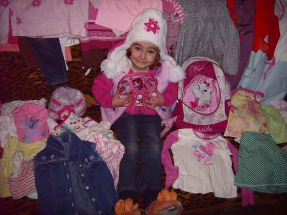 Mała Oliwia dostała cudowne ubranka i plecak :) (zdjęcia: 9) Mała oliwia dzięki WASZEJ POMOCY została dziś obdarowana ślicznymi rzeczami, dziewczynka jest bardzo szczęsliwa  z głębokiego serduszka dziękuje swoim darczyńcom którzy o niej pamiętali  jutro dzięki rodzinie pana Mirosława Oliwia otrzyma śliczne rózowe łózeczko - uż nie może się doczekać  do rodziny jutro trafi także dywan . Także Zuzia (mała siostrzyczka na zdjęciach) dzięki Pani Dorocie ( której z całego serca dziękujemy ) otrzyma czerwoną spacerówkę  . Dzielimy się z wami naszą radością i radością dzieci