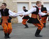 Chłopcy tańczący oberka