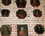 Portrety trumienne nad wejściem do zakrystii prałackiej