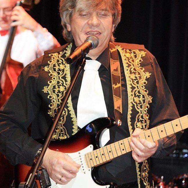 Frontman z gitarą w Big Bandzie Błonie.