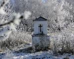 Kapliczka pod Sędziszem w zimowej scenerii.