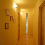 korytarzyk na piętrze prowadzący z kuchni do pokoi