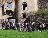Grupowe zdjęcie na tle ruin zamku
