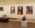Ceramiczne podswietlane rzeźby w Galerii, w tle obrazy Jadwigi Marii Jarosiewicz. Rynek 6