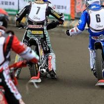 Wyścig II - Piotr Protasiewicz (niebieski) i Krzysztof Buczkowski (biały) dziękują sobie za walkę, na pierwszy planie Andreas Jonsson (czerwony)