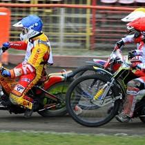 Wyścig V - najszybciej do 1 łuku dojeżdża Magnus Zetterström (niebieski), za nim bark w bark jadą Antonio Lindbäck (czerwony) oraz zasłonięci Andreas Jonsson (biały) i Denis Gizatullin (żółty)