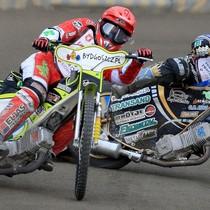 Wyścig XII - Emil Sajfutdinow (niebieski) atakuje i za moment wyprzedzi Antonio Lindbäcka (czerwony)