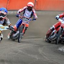 Wyścig XV - Grzegorz Zengota (niebieski) przed Adrianem Gomólskim (biały) i Andreasem Jonssonem (żółty) wściekle atakowanym przez Adriana Miedzińskiego (czerwony)
