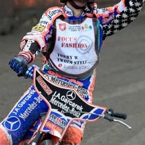 Adrian Gomólski cieszy się ze zwycięstwa w wyścigu XVII