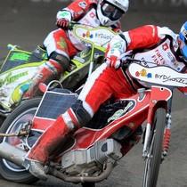 Wyścig XIX - Grzegorz Walasek (niebieski) przed Antonio Lindbäckiem (biały)