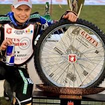 """Zwycięzca zawodów, Emil Sajfutdinow z głównym trofeum, nagrodą przechodnią, popularnym """"kołem"""""""