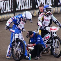 Krzysztof Buczkowski (biały) i Piotr Protasiewicz (niebieski) przygotowują się do wyścigu II