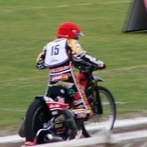 Krzysztof Jabłoński wykonuje próbny start przed wyścigiem IV