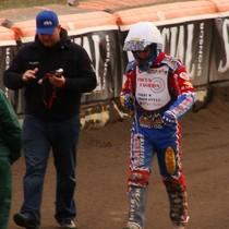 Olivier Allen schodzi do parkingu po upadku w wyścigu XIV