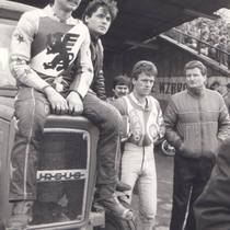 Bolesław Proch (siedzi na traktorze), Wojciech Żabiałowicz (w środku) i Marek Kępa (za Żabiałowiczem) uważnie obserwują wydarzenia na torze.