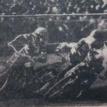 """Wyścig II - Piotr Świst (z lewej, w plastronie Polonii) i Ryszard Dołomisiewicz (z prawej) """"biorą w kleszcze"""" Andrzeja Huszczę, który za moment upadnie, a sędzia zarządzi powtórkę w pełnym składzie"""