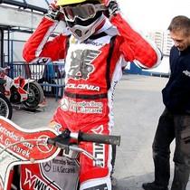 Tomasz Gapiński przygotowuje się do wyścigu XIII