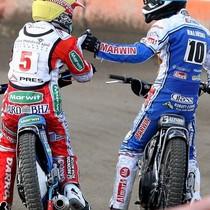 Robert Kościecha (żółty) i Damian Baliński (biały) dziękują sobie za walkę w wyścigu XV