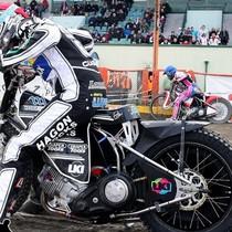 Start do wyścigu XXI o zwycięstwo w zawodach, przy krawężniku Darcy Ward, pod bandą Maciej Janowski