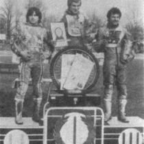 Podium zwycięzców (1 ujęcie) - od lewej: Roman Jankowski (II miejsce), Andrzej Huszcza (I miejsce) i Bolesław Proch (III miejsce).