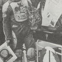 """Zwycięzca zawodów, Andrzej Huszcza z turniejowym """"kołem"""" - zdjęcie z """"Półki Kibica Żużlowego"""" nr 21/1997"""