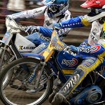 Wyścig XXI - walka Tomasza Golloba (czerwony) z Nicki Pedersenem (niebieski) o 2 i 3 miejsce na podium