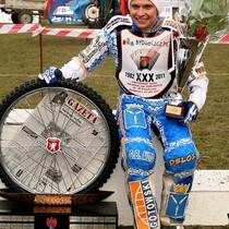 Zwycięzca XXX Kryterium Asów, Emil Sajfutdinow, na podium z trofeum przechodnim