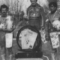 Podium zwycięzców - od lewej: Bolesław Proch (II miejsce), Andrzej Huszcza (I miejsce) i Edward Jancarz (III miejsce).