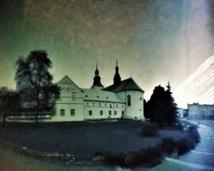 Piotrków Trybunalski. Klasztor bernardynów. Półwalec, agfa, półrok.