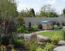 Widok na ogród z boku domu.