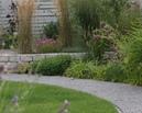 Trawy na podwyższonym tarasie osłaniają odpoczywających na podeście.