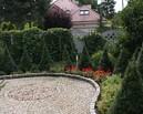 Rabata w przedogródku nabrała wigoru dzięki delikatnym trawom, kolorowym bylinom i krzewom.