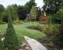 Obecny widok na ogród ze ścieżki.