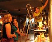 Kasia, Julia i Krzysztof aranżują wystawę