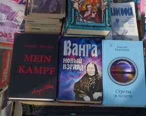 """Można się też wzmocnić duchowo zakazaną """"Mein kampf""""..."""