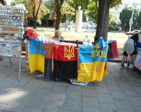Kolory Ukrainy - w środku flaga OUN.