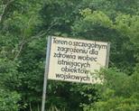 Tablica przed terenami lotniska.