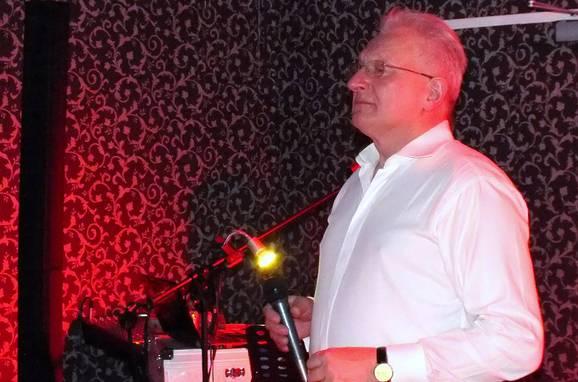Pan Mirek poznał osobiście, grał z nim, śpiewał i znakomicie śpiewa piosenki Niemena