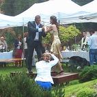 Czy słońce czy deszcz goście tańczą na stołach, gdy gra Koktajl