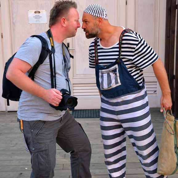 """Etatowy """"więzień"""" z autorem zdjęć"""