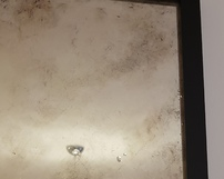 lustro postarzane  w czarnej drewnianej ramie - detal